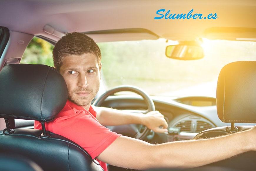 Interpretando un sueño recurrente de tu coche rodando hacia atrás